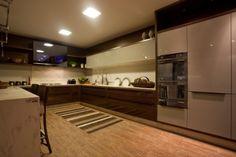 Achei linda essa combinação de cores da cozinha: branco, chocolate e fendi