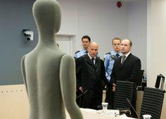 """Breivik e il suo avvocato di fronte a un manichino a grandezza naturale umana, nell'aula di tribunale in cui si celebra il processo. Il manichino serve a permettere a Breivik di spiegare come ha ucciso ogni vittima, in quale posizione si trovasse chiunque veniva falcidiato. E' un'immagine cruciale per """"La vita umana sul pianeta Terra"""": davanti alla corte si alza il Personaggio Indifferenziato e assomiglia al manichino."""