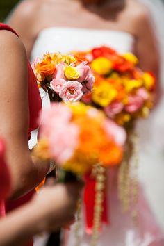Una dosis de color para las damas.  #maríalimón #floraldesign #florals #eventstyling #weddingstyling #trends #weddingdecor #summer #weddingstyle #vibrantcolors #inspiration #unique #yellow #orange #pink