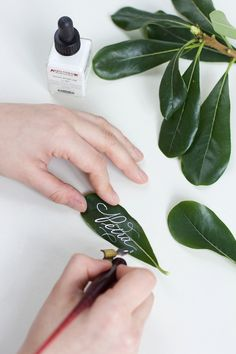 Calligraphy DIY: Leaves place cards – we love handmade - Dinnerrecipeshealthy sites Diy Projects For Men, Diy Garden Projects, Diy Gift Bags Paper, Christmas Party Decorations Diy, Table Decorations, Diy Baby Gym, Wood Burning Stencils, Diy Makeup Storage, Diy Bracelets Easy