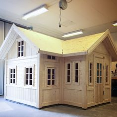 One of one of the most fulfilling and simplest weekend jobs it is possible to do to stimulate your child's creativity would be to develop an outside playhouse. Outside Playhouse, Playhouse Kits, Build A Playhouse, Wooden Playhouse, Tree House Plans, Tiny House Cabin, Small Buildings, Kids House, Play Houses