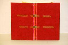 c osido de cuadernillos   con lomo visto   sobre cintas de piel         Esta encuadernación mantiene el lomo de los cuadernillo...