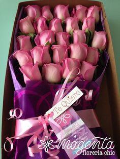 Pienso en ti, luego sonrio. Hermosa caja de regalo con 24 flores de Rosas rosas especiales