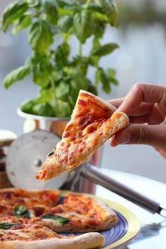 En calzone ou en pizza classique, quand on a une excellente pâte à pizza, c'est tout simplement un délice! une pâte digeste qui aura fermenté très lentement avec très peu de levure boulangère dans la recette, une pâte légère et alvéolée tout simplement divine! Plus personne ne laissera les bords de la pizza dans l'assiette...Lire la suite... »