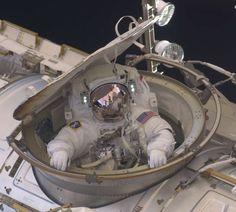 El astronauta Andrew Feuste del transbordador espacial Endeavour, dentro de la escotilla de la esclusa de aire del Quest en la Estación Espacial Internacional -20 de mayo de 2011. © REUTERS/NASA/Ron Garan/Handout