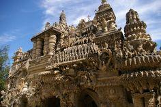 Où ? A Hauterives, dans la Drôme, à une heure de Lyon.Ce monument a été construit par Ferdinand Cheval, entre 1879 et 1912. Lors de ses tournées quotidiennes, ce facteur récupérait des pierres dans ses poches, dans un panier ou une brouette. C'est après de trente années de travail que le Palais idéal est né, à Hauterives, dans la Drôme. Il est aujourd'hui classé comme monument historique.