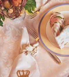 Wie kleine Kinder hängen wir vor der Glasscheibe des prunkvollen Kaffeehaus Schmidt und betrachten die Auswahl der Leckereien. Schmidt, Table Decorations, Home Decor, Little Children, Coffee Cafe, Glass Panels, Karlsruhe, Treats, Decoration Home