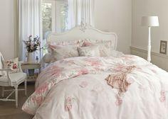 HOME JARDIN DES ROSES PINK In een echte Jardin des Roses wil je de rozen kunnen zien, ruiken én voelen. Om deze ervaring te benaderen heeft dit dekbedovertrek een innemend dessin van grote, volle theerozen die in al hun glorie op je af komen. Het ontwerp heeft een dessin van nonchalant uitgestrooide theerozen geplukt in volle bloei. De kussensloop met romantische ruches maakt de set helemaal af: over de rozen heen is een mooie, handgeschreven tekst gedrukt.