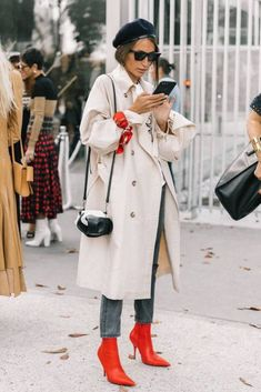 Fall Street Style Outfits to Inspire Fall Street Style fashion week Street Style Outfits, Look Street Style, Autumn Street Style, Fall Outfits, Red Street, Cozy Outfits, Scene Outfits, Street Style Trends, Street Outfit