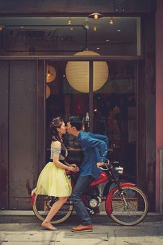Sweet engagement poses and inspiration from this pre-wedding in Hong Kong {Facebook and Instagram: theweddingscoop}