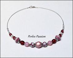 Collier Roselys - Perles : pâte polymère, verre, céramique, magique, métal, résine   Couleurs : rose, blanc   Tour de cou : 49 cm   Fils : câblé gris & nylon transparent