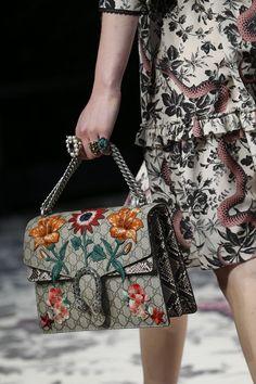 Customização de bolsas: apliques florais - Gucci Spring/ Summer 2016
