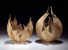 Kay Sekimachi, Skeletal Leaf Bowl.  (1926-) La démarche de cette Américaine réputée dans le domaine des arts textiles repose sur l'utilisation des matériaux simples et primitifs possible : feuilles, fibres provenant de nids de guêpes, coquillages et toile de lin.