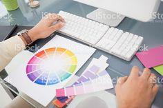 Diseñador utilizando ordenador y rueda de color foto de stock libre de derechos