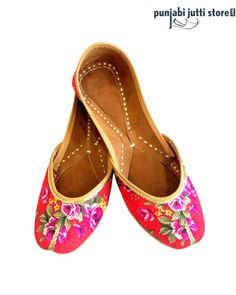 This beautiful leather Punjabi Jutti with floral design that makes it an irresistible choice for style-conscious females. The bright color and vibrant look is all that you need to feel stylish. #Punjabijuttistore #Punjabijutti #mojari #womenpunjabijutti #jutti #menpunjabijutti #khussa #bridetobe #indianbride #wedding #wedeliver #worldwide