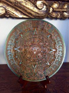 Calendario Azteca, piedra del Sol realizado en madera de tulipán africano. De 260 mm de diamero.