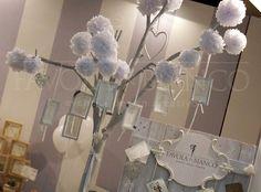 Wedding Details - Tableau mariage con albero, pom pom di carta e cornici bianche realizzate a mano