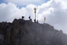 Es winkt das Ziel: Das Gipfelkreuz auf der Zugspitze ist noch einige Meter von der Aussichtsplattform entfernt und muss ebenfalls erklettert werden