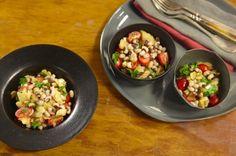 Salada de feijão-fradinho com bacalhau | #ReceitaPanelinha: A versatilidade do feijão é comprovada nesta deliciosa e sofisticada salada. Feita com bacalhau dessalgado, desfiado e congelado, além de prática, pode ser servida como entrada ou prato principal. Coisa phyna!