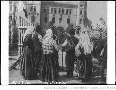 Costume -- Serbie-et-Monténégro Captions:Serbie, femmes en costume pittoresque attendant des nouvelles de leurs amis à l'extérieur de l'hôpital de Nisch : [photographie de presse] / [Agence Rol] 1914