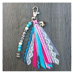 Sieraden, Blauw roze sleutelhanger met lintjes en naam. www.sieradenwebshop.com