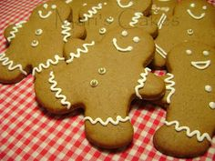Royal icing is a white, hard icing that can be used to decorate candies, cookies, cakes, and glue gingerbread houses and pastillage . Christmas Snowman, Christmas Themes, Christmas Cookies, Yummy Cookies, Cupcake Cookies, Cookie Recipes, Icing Recipes, Confectionery, Royal Icing