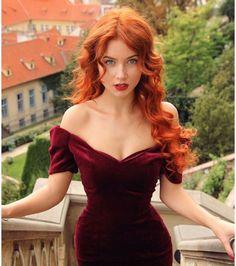 Cheveux roux : une chevelure rousse avec des cils et des sourcils châtains