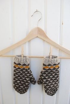 Flying geese mittens / grey and mustard yellow