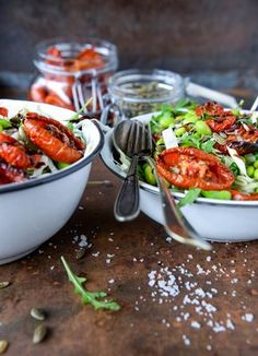 Spidskålssalat med langtidsbagte tomater og edamamebønner er en ganske simpel, men også ganske lækker salat, der indeholder få gode ingredienser.