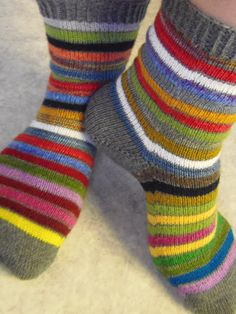 Knitting Socks, Hand Knitting, Lots Of Socks, Textiles, Boot Cuffs, Winter Time, Clothing Patterns, Needlework, Socks