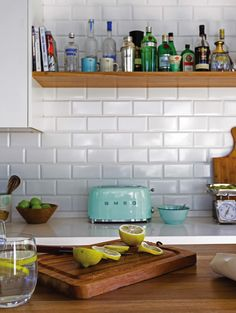 Cocina moderna con mesada de Silestone aglomerado de cuarzo 'Blanco diamante' con regrueso e ingletado, y revestimiento de cerámica biselada 'Acuarela' de (Barugel).