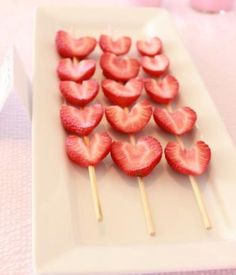 """Valentine's Day *Food* - Strawberry """"Heart"""" Kabobs - Drizzle or dip in chocolate! Valentines Day Food, Valentine Treats, Valentine Day Crafts, Holiday Treats, Holiday Recipes, Valentine Party, Party Recipes, Funny Valentine, Valentinstag Party"""