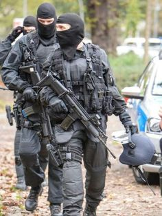 SEK unit with FN SCAR-L modern special forces Fn Scar, German Police, Im A Survivor, Tac Gear, Special Forces, Cops, Soldiers, Warriors, Army