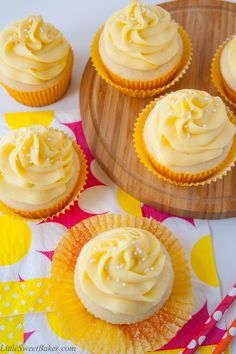 Tropical Mango Vanilla Cupcakes - 10 Colorful Cupcake Recipes to Spoil Your Loved Ones Mango Cupcakes, Vanille Cupcakes, Mango Cake, Sweet Cupcakes, Köstliche Desserts, Summer Desserts, Delicious Desserts, Summer Cupcake Flavors, Mini Cakes
