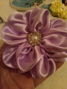 Flor de fita de cetim.