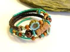 Bracelet 3 rangs rustique céramique fleurs verre tchèque cuir strass marron turquoise bohème primitif urbain tribal : Bracelet par montroulez-girl
