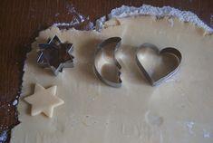 Une recette toute en simplicité pour réaliser de bons sablés de Noël aux zestes d'agrumes Cookie Cutters, Cookies, Sweet, Desserts, Christmas, Recipes, Yoga Fitness, Simple, Cat