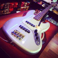 Squier Jazzbass Classic Vive Inca Silver bye bye! Questo entra nella collezione del nostro amico Combass! #squierbass #bassline
