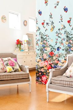 Living room and graduated floral wall paper - would make dull winter days always sunny :D