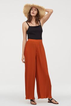 Pants in woven, pleated fabric with a high waist. Elasticized waistband and straight, wide legs. Pleated Fabric, Pleated Pants, Trousers Women, Pants For Women, Leggings, Classic Style Women, Cotton Pants, Fashion Over, Fashion Spring
