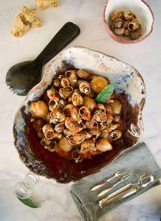 Αν σας αρέσουν τα σαλιγκάρια, οι χοχλιοί στιφάδο της Κρήτης είναι ο εκλεκτός μεζές για την επόμενή σας τσικουδιά, το ούζο ή το κρασί. Δοκιμάστε τα σε εξαιρετική παραδοσιακή συνταγή της μεγαλονήσου, με γεμάτη γεύση και άρωμα δάφνης. Ratatouille, Sweet Home, Ethnic Recipes, Food, House Beautiful, Essen, Meals, Yemek, Eten