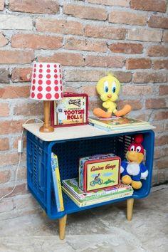 """Está pronta a estante para acomodar livros e brinquedos no quarto da criança. Como o móvel ficará baixo, estimulará a criança a pegar e a devolver os itens para o lugar. Se quiser ler mais sobre como incentivar a autonomia infantil com mudanças no quarto, clique no """"MAIS"""""""