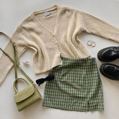 Green Cardigan Outfit, Beige Outfit, Beige Cardigan, Cardigan Outfits, Urban Outfits, Teen Fashion Outfits, Look Fashion, Winter Looks, Cute Casual Outfits