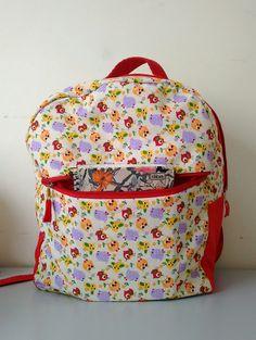 mochila infantil de tecido vermelha com corujinhas