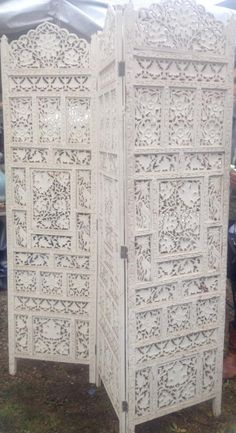 Vintage Screen.... wow!! see these screens in the natural wood everywhere, but how different they look when painted all white!!! I like the all white look on them much better than the natural wood look!!!