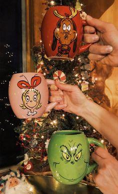 Christmas mugs, the Grinch Christmas Feeling, Merry Little Christmas, Cozy Christmas, Christmas Time, Christmas Bulbs, Christmas Gifts, Christmas Decorations, Christmas Cookies, Christmas Ideas