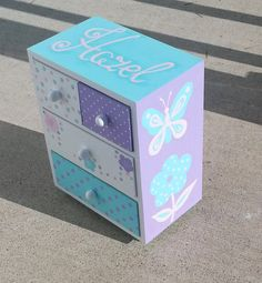 Caja de joyería para niña personalizada por Thegiftsfromladybug Jewelry Box Makeover, Kids Jewelry Box, Wood Crafts, Paper Crafts, Scrapbook Box, Painted Jewelry Boxes, Decoupage Art, Diy Crafts For Gifts, Altered Boxes