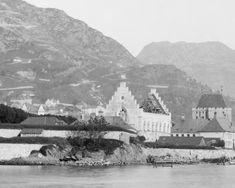 Gjenoppbyggingen av Haakonshallen på 1880-tallet. Trappegavlen var basert på Scholeusstikket fra ca. 1580. Foto (utsnitt): Knud Knudsen - UBB Billedsamlingen.