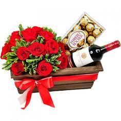 Cesta com rosas,chocolate e vinho.
