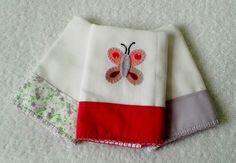 Kit com 3 Fraldinhas de boca, tamanho aprox. 30 x 30 cm, tecido quádruplo (2 tecidos duplos), 1 com aplicação de borboleta. Faixas de tecido estampados (100% algodão), acabamento com borda de crochê em linha. <br> <br>Alta absorção, ideal para a pele delicada do bebê. <br> <br>Pode ser feita em outras cores e/ou outras aplicações. <br> <br>* As estampas do tecido podem variar conforme disponibilidade no mercado. No entanto, ao substituir, será usado um padrão de estampa com cores próximas a…